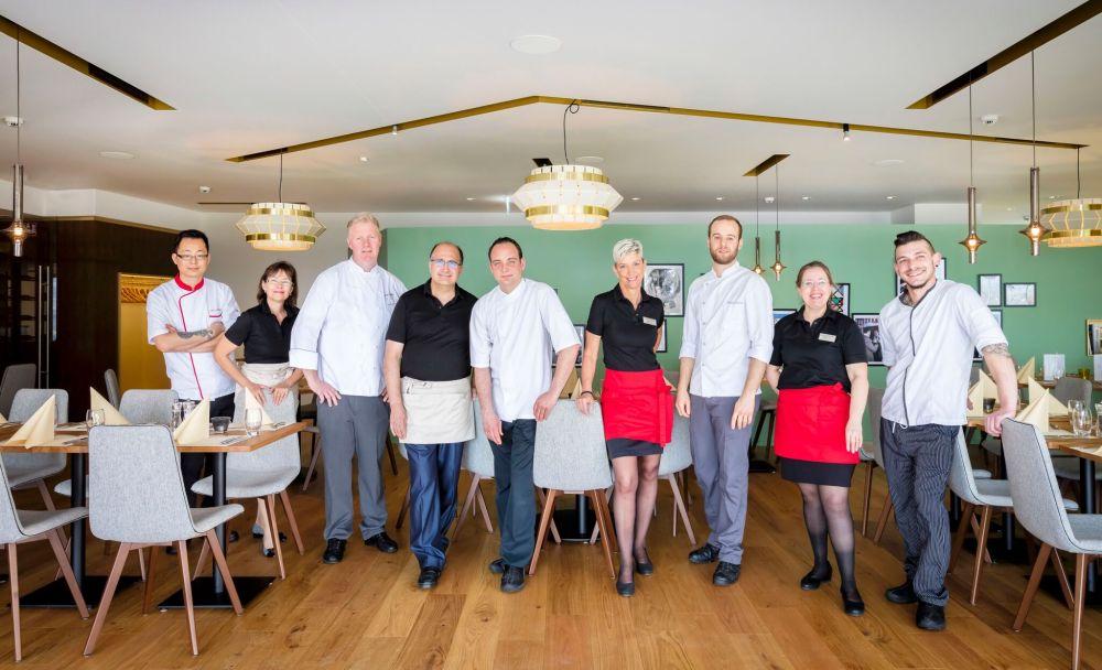 Chef Laurent Omphalius avec équipe cuisine service